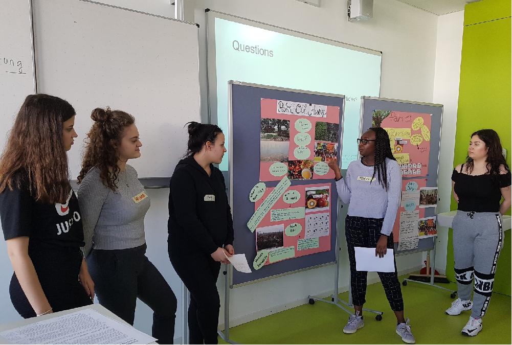 Ai Robiah mit einigen Schülerinnen der Klasse bei ihrem Vortrag über Palmöl
