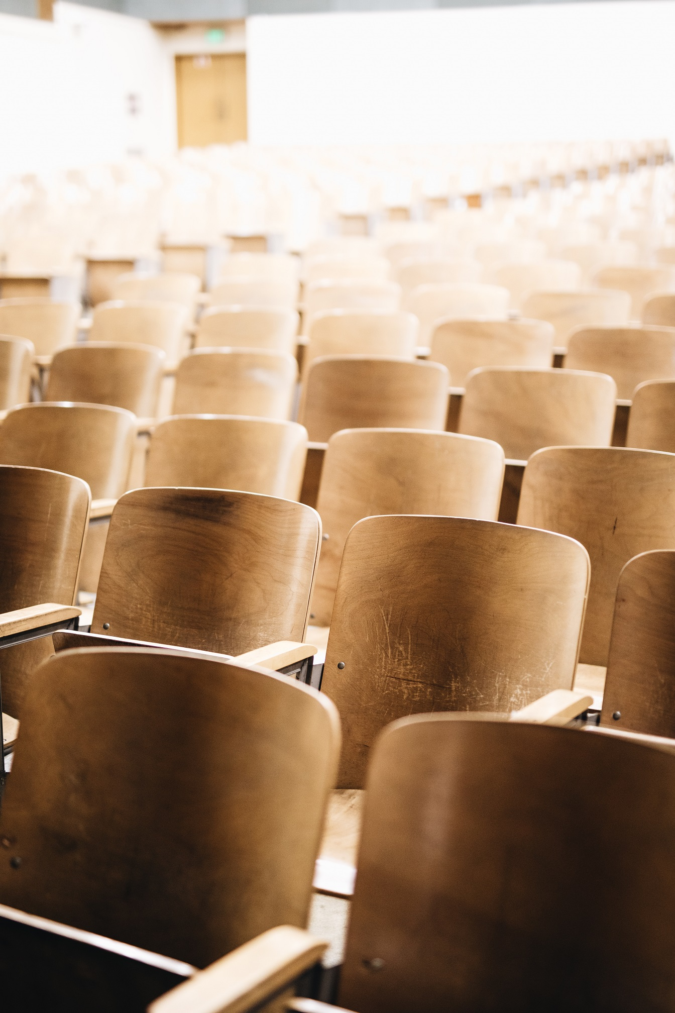 Leerer Hörsaal, von Nathan Dumlao auf unsplash